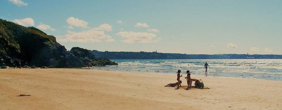 Locations et Camping en baie de Douarnenez - plage de Kervel.